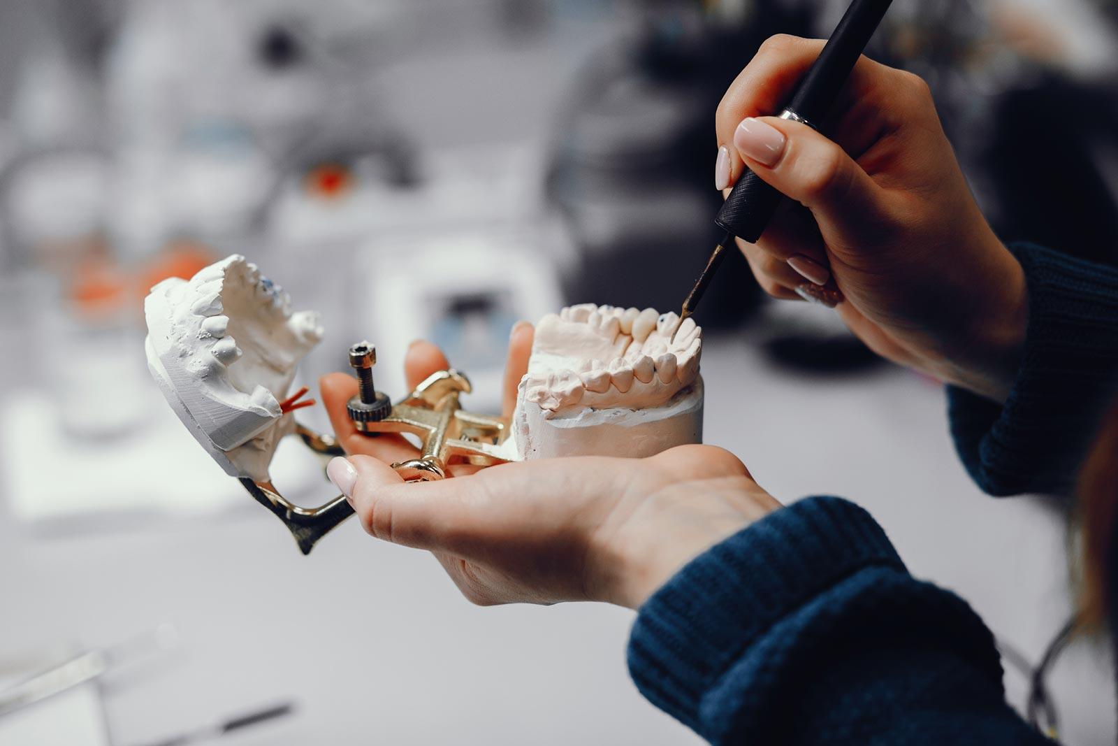 una dentista monta un impianto dentale
